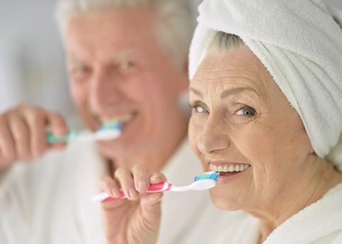 mujer-anciana-cipillandose-los-dientes